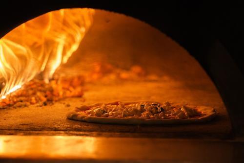 pizze cotte con il forno a legna