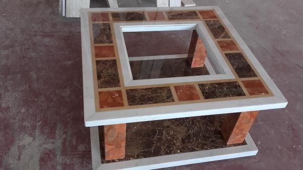 Tavolo da salotto in marmi policromi con vetro centrale