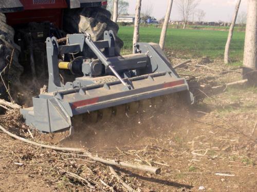 Trinciatrice forestale su trattore