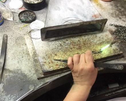 lavorazione a mano made in italy di collane e bracciali