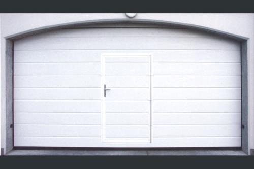 Porta sezionale con inserita porta pedonale