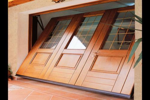 Porta basculante in legno e vetrata