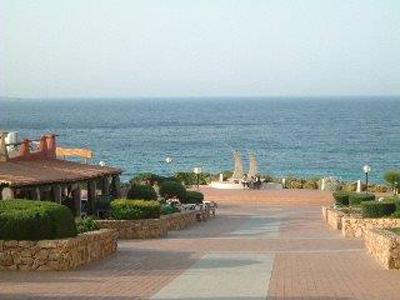 Baja Sardinia e la sua piazza che sovrasta la sua famosa spiaggia!