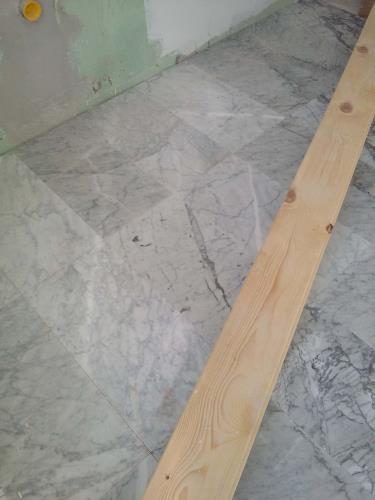 posa di pavimento effetto parquet