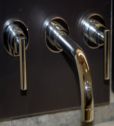 rubinetto con manopole lunghe