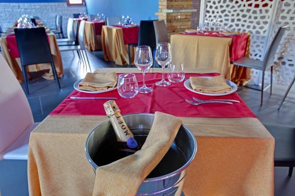 tavolo e lume di candela
